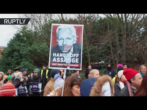 Yellow Vests for Assange: French protesters rally outside Belmarsh Prison