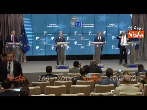 Vertice UE, Juncker non riesce a indossare la giacca, deve aiutarlo Tusk