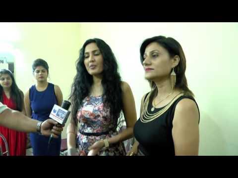 media interacting with kamya punjabi celebrity guest @ fashion show niifd-selfies 2016