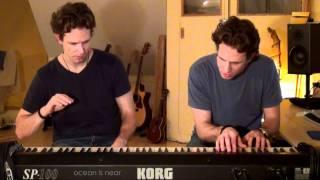 Eineiige Zwillinge spielen ein wunderschönes Klavierstück :D