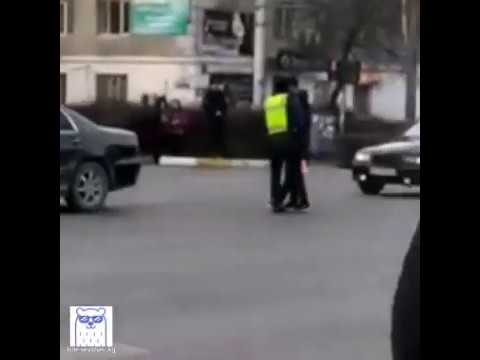 В центре Бишкека водитель напал на гаишника-регулировщика