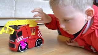 Пожарная машина мультик - Сеня играет в пожарного и понарошку тушит колесо машинки игрушки