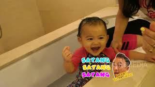 Thalia dan Thania Mandi Berenang Bareng, Lucu dan Gemesin ya!   DIARY THE ONSU (26/8/20) P4