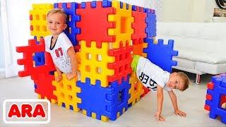 فلاد ونيكيتا يلعبان مع لعبة كتل إخفاء وتسعى مع أمي