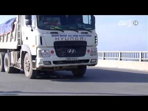 VTC14_Ninh Bình: Xe quá tải phá nát cầu mới