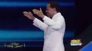 Mục sư Chris Oyakhilome cầu nguyện xin ơn và quyền năng của Đức Thánh Linh giáng trên mọi người.