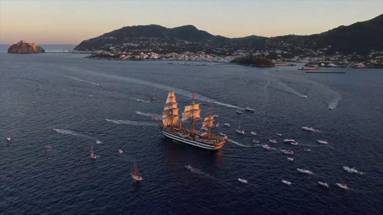 Nave Vespucci omaggia l'arcipelago campano ricordando Pino Daniele
