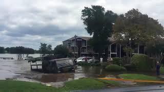 Внедорожники вытаскивают грузовиков из воды (Техас)