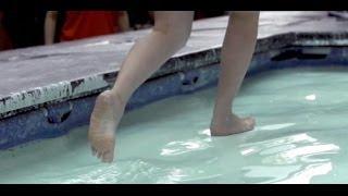 Хождение по воде  Неньютоновская жидкость(В одном из торговых центров Малайзии установили необычный аттракцион - бассейн с так называемой неньютонов..., 2014-02-06T21:02:56.000Z)