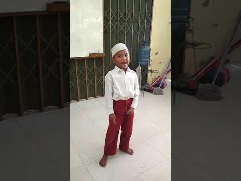 Heboh anak SD nyanyi Indonesia raya yg bikin lucu tangan kirinya