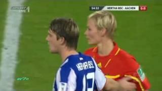 さり気なく女性審判の胸を触るサッカー選手 thumbnail