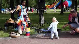 Младенец зажег с индейцем из Эквадора! Танец ребенка.