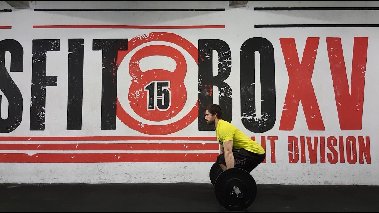 CrossFit Level 2 trener Ivan Račić demonstrira ispravno izvođenje squat cleana