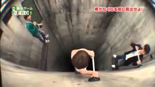 برنامج ياباني يسقط الخاسر فيه داخل حفرة عميقة