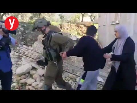 תיעוד: קצין צה'ל מותקף בידי פלסטיניות במהלך מעצר נער