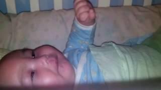 3-х месячный малыш забавно тужится.