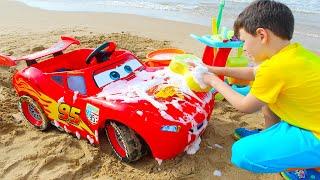 Lavado de coches de Lightning McQueen con los juguetes de limpieza de Ali