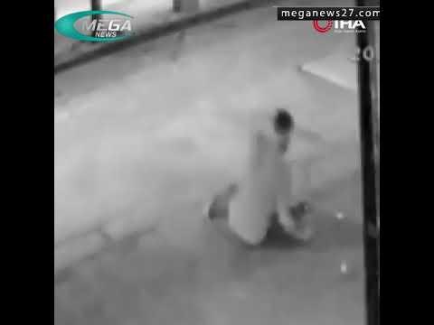 رجل يصارع سلة قمامة في تركيا