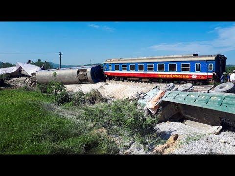 Xe lửa lật vì tông xe ben, 2 người chết, nhiều bị thương