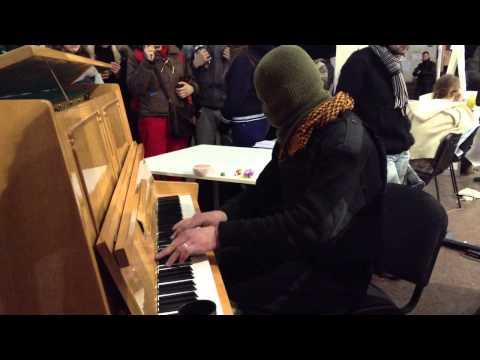 Экстремист дорвался до пианино