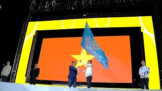 Symbolic handover of the SEA Games Federation flag from the Philippines to Vietnam