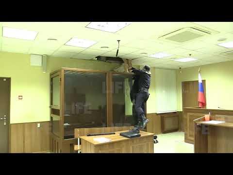 Пытается сбежать из зала суда через потолок (итс май лайф эдишн)