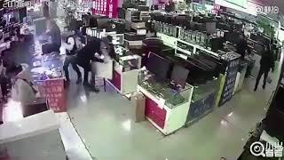 Explota batería de un teléfono en la cara de un hombre