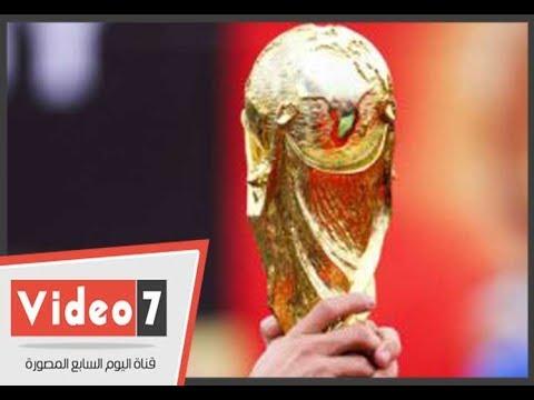 عشاق كرة القدم يلتقطون الصور التذكارية مع كأس العالم اثناء زيارته لمصر  - 19:22-2018 / 3 / 15