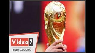 عشاق كرة القدم يلتقطون الصور التذكارية مع كأس العالم اثناء زيارته لمصر