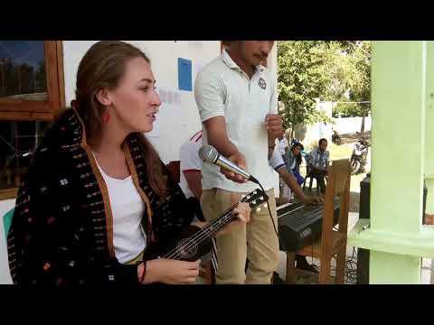 Bule Nyanyi Lagu Manggarai