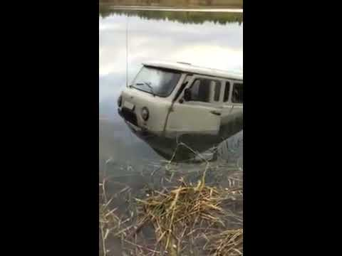УАЗ буханку тянут лебёдкой из озера!