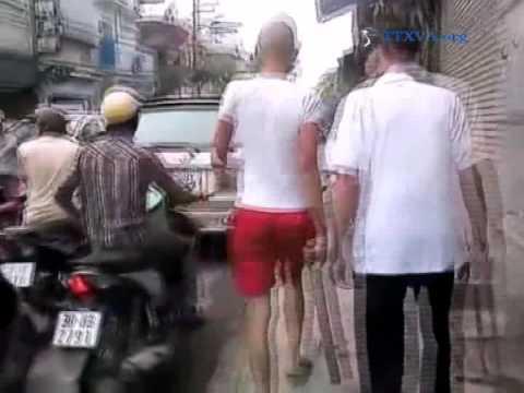 Nam thanh niên cầm điếu cày phân làn giao thông