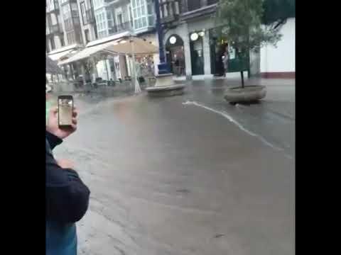 Una tromba de agua y granizo desborda alcantarillas en el centro de Santander