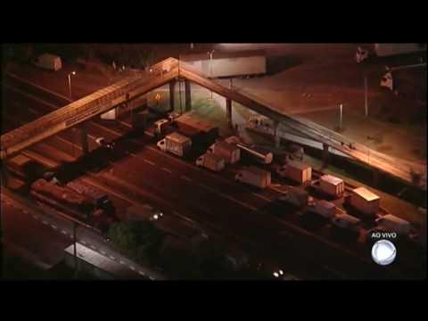 Caminhoneiros mantêm bloqueio na rodovia Régis Bittencourt (SP)