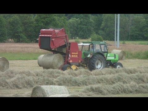 Heuernte, Deutz Fahr Traktor und New Holland Rundballenpresse, Round Baler in action