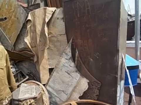 Eritrea  Asmara  Recycling market  Mercado del reciclaje 2 Golpeando cacharros