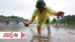 Xem người Hà Nội bắt cá sau mưa | VTC