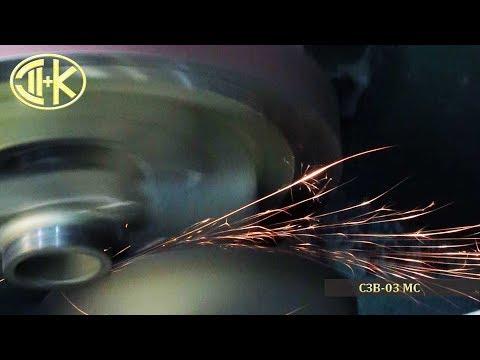 Заточной станок для волчковых ножей и решеток СЗВ-03МС чёрный (покрашенный), с мотор-редуктором и системой охлаждения СОЖ. Показана заточка ножа в кольце.