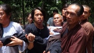 Công An đàn áp Phật Giáo Hoà Hảo - Một cư sĩ PGHH rạch bụng phản đối chính quyền