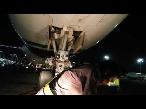 Pushback Aircraft Boeing 747 Jeddah KSA BY:Anthony Ruiz...