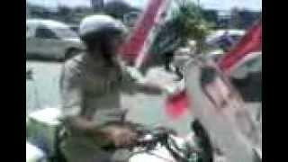 شرطي من شبيحة الاسد شوفو شو صاااااااااااااااااااار