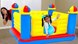 Emma Juega Castillo Inflable | Giant Inflatable Castle BOUNCER | Pretend Play