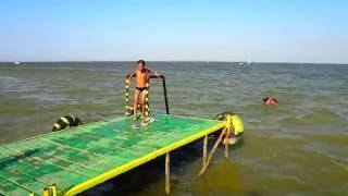"""Азовское море. Дети прыгают с мостика. Ейск. """"Водник""""."""