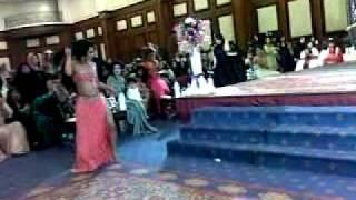 الرقاصة البحرينية تفاحة في حفل زواج اخر.mp4
