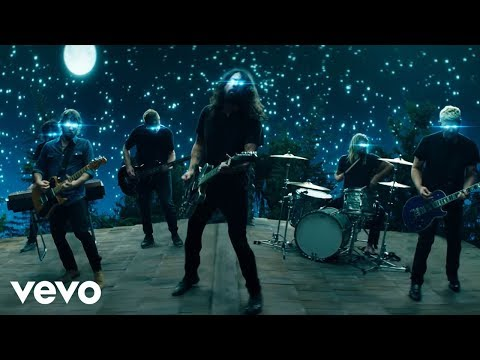 Смотреть клип Foo Fighters - The Sky Is A Neighborhood