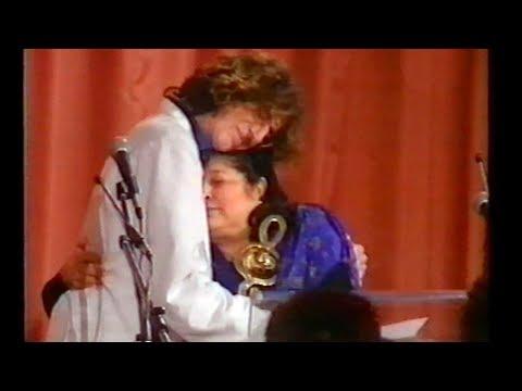 Charly García entrega el Premio ACE de Oro a Mercedes Sosa 1995