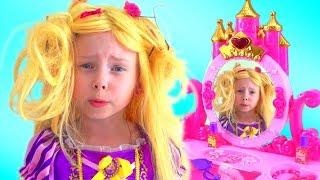 Alice y mama finge princesas y juega con vestidos y juguetes de maquillaje