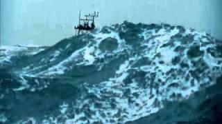 Ship crossing huge waves // Navio passa por ondas gigantes