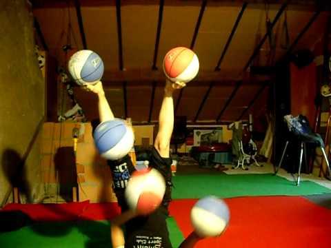 להקפיץ 5 כדורים - בעמידה על הראש