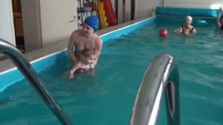 Занятия в бассейне с грудными детьми